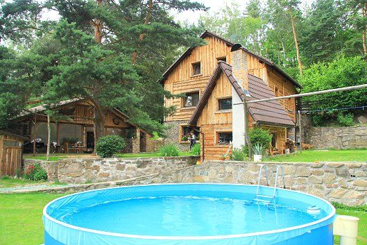 Srub v Krušných horách s bazénem, velkou společenskou místností a kulečníkem. Kanadský srub je zcela na samotě v lese u obce Klášterecká Jeseň, 5 km od aquaparku v Klášterci nad Ohří v Krušných horách. V216