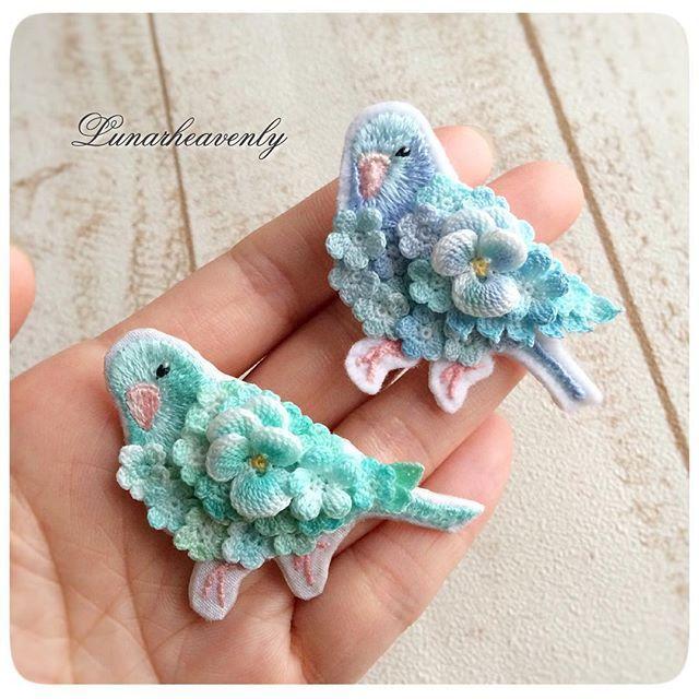 お花を纏った鳥さんシリーズ。 マメルリハの色違い、ブルーグリーンの子もできました♡ #レース編み #crochet #刺繍 #マメルリハ