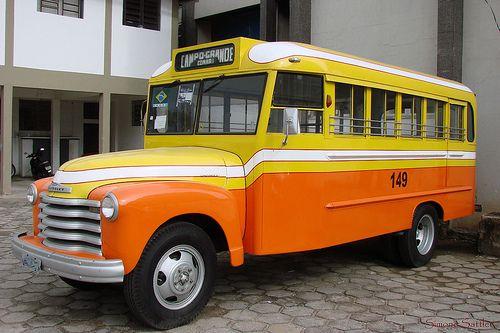 """Ônibus """"jardineira"""", da década 1960 - 1970. Em Rolândia, estado do Paraná, Brasil.  Fotografia: José Carlos Farina."""