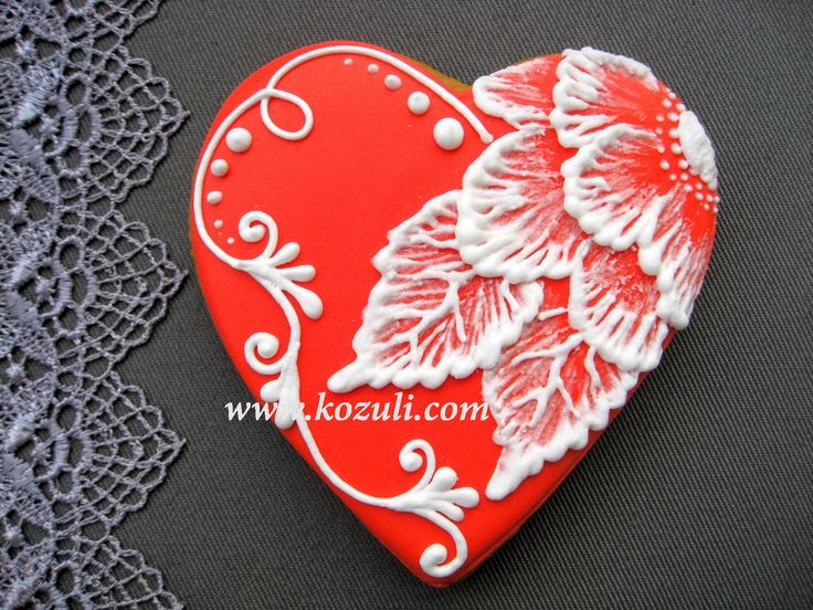 @kozuli_com  // Brush embroidery Flower cookie with VIDEO TUTORIAL at www.kozuli.com // Heart cookies / Mother's Day Cookies / Flower cookies / Rose cookies / Lace cookies / Icing lace cookies / Royal icing cookies / Decorated cookies / Cookie decorating / Cookie decorating ideas / Sugar cookies