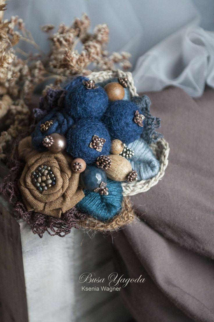 Купить или заказать Брошь ручной работы 'Черничные ягоды' в интернет-магазине на Ярмарке Мастеров. Объемная, уютная, очень красивая брошь с войлочными ягодами, текстильными цветами, и всевозможными дополняющими деталями. Очень не хочется выпускать её из рук, но я обещала...) Войлочные бусины темно-синего цвета окружены текстильными цветами с вышитыми серединками, сбоку горстка из ягод и шишек (агат, беленый дуб, жемчуг, маленькие кедровые шишки).