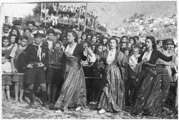 Παραδοσιακοί χοροί της Σύμης προς τιμή του Βασιλιά Παύλου και της Βασίλισσας Φρειδερίκης. 1952-1953