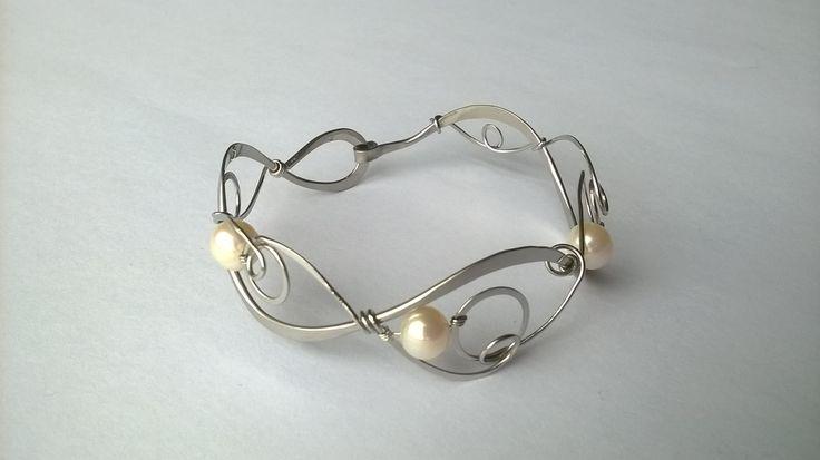 """Náramek+MR23P+""""Elegance""""+s+bílými+perlami+Autorský+šperk.+Originál,+který+existuje+pouze+vjednom+jediném+exempláři.Vyniká+kouzelným+prostorovým+tvarem,+čistým+zpracováním+detailů,+krásou+klasických+bílých+perel+a+elegantním+výrazem.Nevšední+řešení+s+perlami+poutá+pozornost,+ale+není+okázalé,+díky+čemuž+se+tento+šperk+hodí+ke+každé+i+každodenní..."""