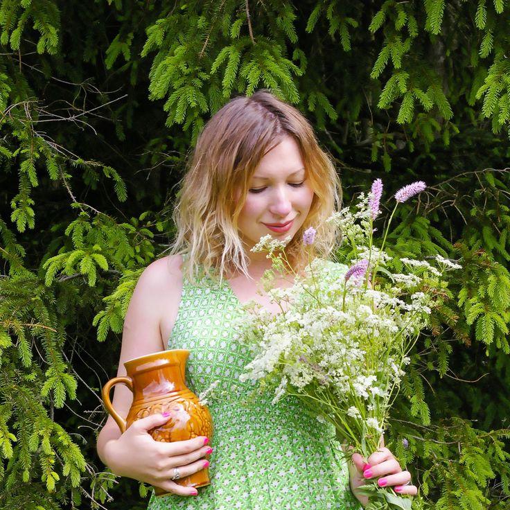 летняя прогулка в лесу. винтажный кувшин букет полевых цветов