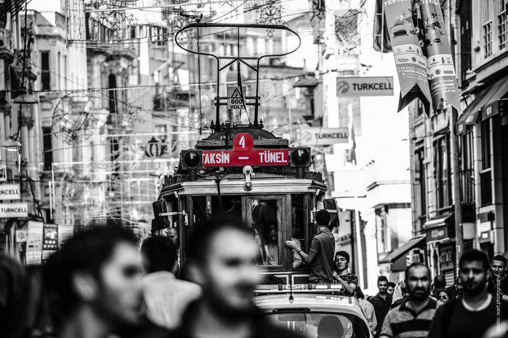 """Die İstiklâl Caddesi (""""Unabhängigkeitsstraße""""), ist eine der bekanntesten Strassen der türkischen Stadt Istanbul. Ihre Gesamtlänge beträgt etwa 1,4 Kilometer. Tagsüber Einkaufsstrasse und nachts eines der Zentren des Istanbuler Nachtlebens."""