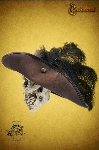 Musketeer leather hat (Brown) for LARP - While this hat was made for musketeers, it started a trend that lasted decades. That's why it isn't uncommon to see, wearing this hat, noblemen and women, minstrels in the depth of a story, swashbucklers and even a few highwaymen ready to relieve you from your gold.