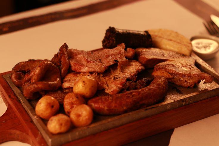 Parrillada Argentina: Churrasco, pollo, carne de cerdo, chorizo, chunchullo, bofe, morcilla y papas.