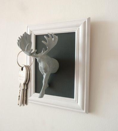 Un support original pour accrocher ses clés et décorer son entrée.    Cadre blanc de 20 cm x 16 cm fond en bois peint, gris foncé élan, support de trousseaux de clés pein - 14201215