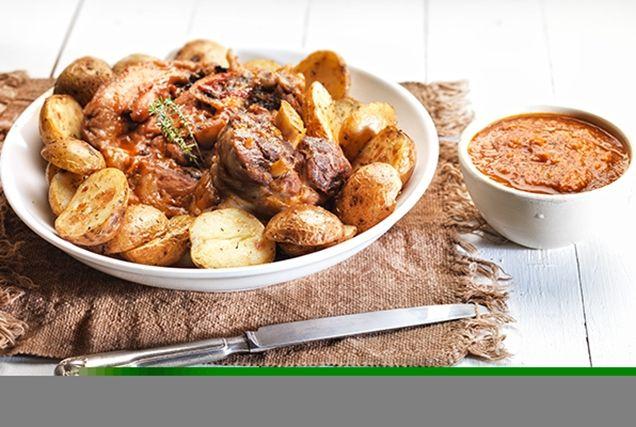 Ζουμερό μοσχαρίσιο κότσι που συνοδεύεται τέλεια με μικρές ολόκληρες πατάτες σοτέ.