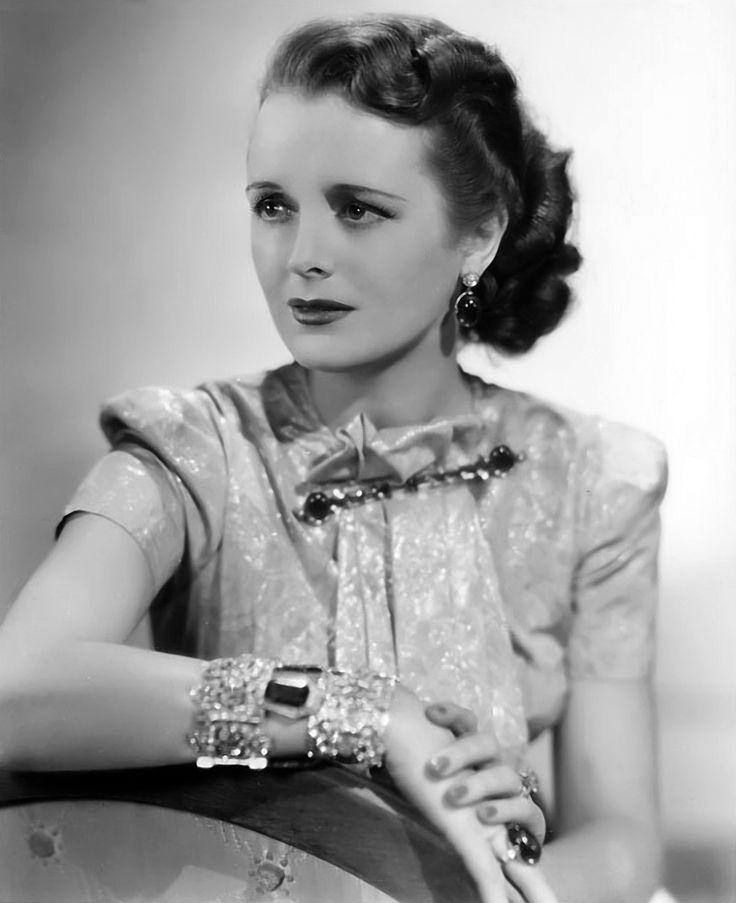 I bijoux sono spettacolari e lei, Mary Astor, è deliziosa