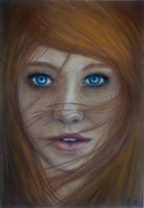 Muchacha irlandesa con ojos azules y pelo rojo Pintura - Retrato pastel mujer Retrato femenino es una pintura hecha a mano con base en la fotografía por Maja Topčagić. Retrato pastel mujer se hace sobre papel de arte de terciopelo con colores pastel. El marco no está incluido y es