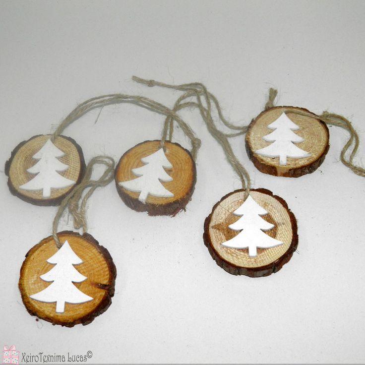 Ξύλινη ροδέλα με λευκό έλατο στο πάνω μέρος κατάλληλη για χριστουγεννιάτικη διακόσμηση σε συσκευασία των 5 τεμαχίων. Christmas tree wooden ornaments.