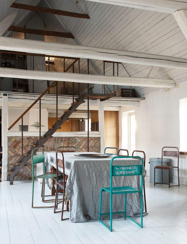 <p>260 kvadratmeter övergiven skånegård tog 10 år att renovera. Men det har gjorts noga och försiktigt. Plastmattor och eternittak fick ge vika för trä och vass, linolja och tidsenliga fönster.</p>