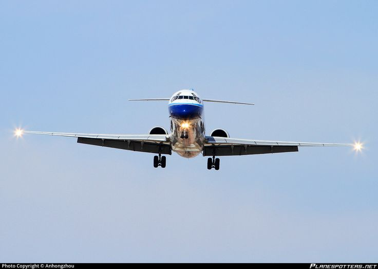 China Northern Airlines McDonnell Douglas MD-90-30 B-2100 on final approach to Kunming-Wujiaba, February 2010. (Photo: Anhongzhou)