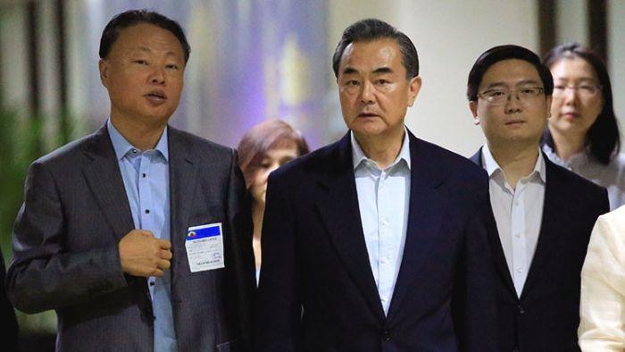 El ministro de Relaciones Exteriores de China, Wang Yi (en el centro)