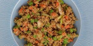 Sund og mættende ret med quinoa, grøntsager og æg.