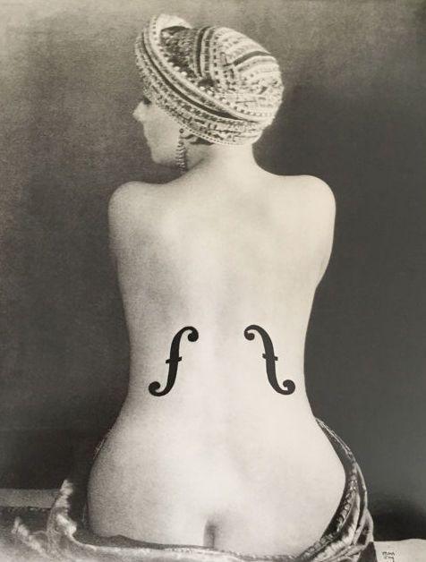 """Man Ray(1890-1976)/Taschen - 'Violon d'Ingres' - 1924  Een mooie grote afdruk van Man Ray: """"Violon d'Ingres"""" gehouden in 1924. De print wordt uitgegeven in 2001 door de Man Ray vertrouwen en Taschen.Afmetingen papier: 28 cm x 365 cmKleine witte rand met de titel van de fotoOffset-lithografie matZeer goede staat.Auteursrechtinfo afgedrukt op de achterzijde. Met inbegrip van een citaat van Man Ray over de foto.De print is verzonden per aangetekende post en verzekerd in een stevige…"""