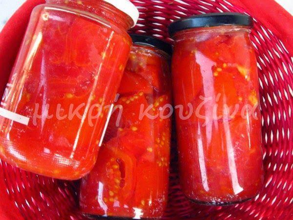 ..Και αφού μάθαμε πώς αποστειρώνουμε βάζα , ας φτιάξουμε ντομάτες σε βάζα για το χειμώνα.  Έχω ξαναπεί, ότι ιδανικές ντομάτες για τέτοιες π...