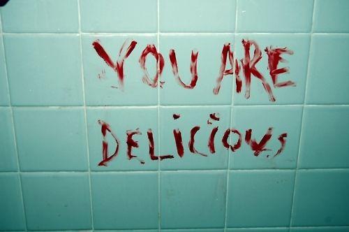 Lei la frase escrita en sangre, arquie las cejas. Me mordi el dedo y sangre broto de el, lo utilize como pincel y escribi: lo se.