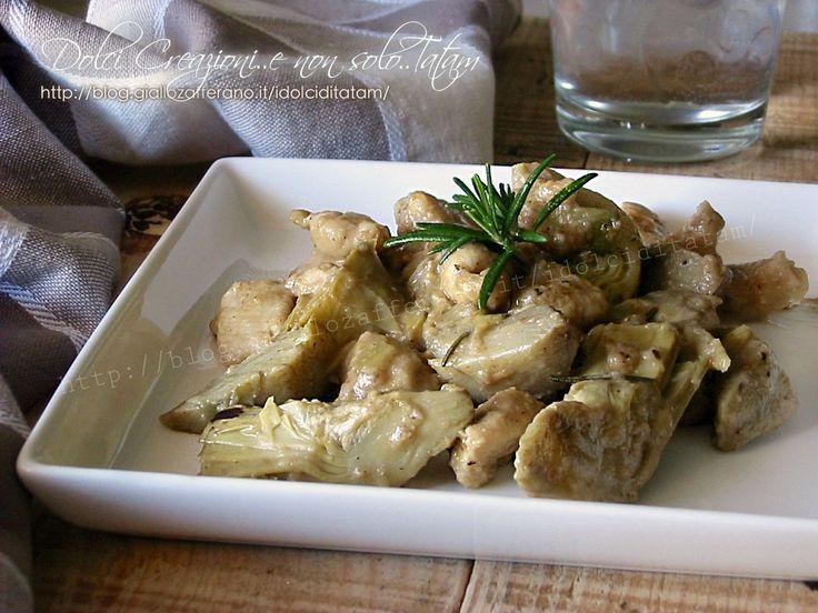 Il Pollo ai carciofi in padella è un saporito e gustoso secondo piatto, facile e leggero, sarà perfetto come piatto unico magari accompagnato da un purè.