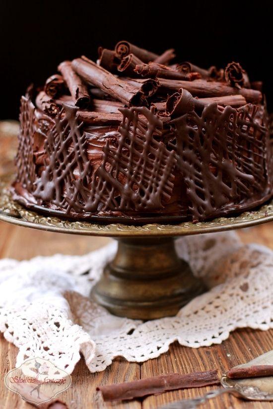 Obłędnie czekoladowy, wilgotny, nieziemsko pyszny tort, któremu nie sposób się oprzeć. Zakochają się w  jego smaku szczególnie czekoladoholicy, ale ja mimo że nie jestem wielką fanką czekolady również byłam nim zachwycona.