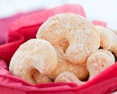 Sablés de noël vanillés : http://www.cuisineaz.com/recettes/sables-de-noel-vanilles-43391.aspx