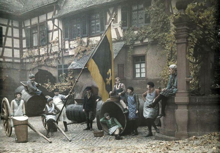 Vendemmia alla tedesca Fotografia di Wilhelm Tobien, National Geographic  Giovani raccoglitori riuniti nel cortile della tenuta del barone Langwerth-Simmern a Eltville, in Germania, nel 1928. La tenuta, fondata nel 1711, produce vino tutt'oggi.