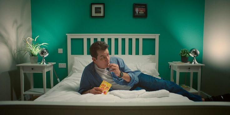 Charlie Sheen megy a saját mértéktelen és elalszik heten Hostelworld hirdetés | a Drum