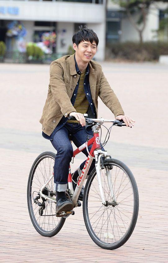 Yoochun lightens the mood for Sensory Couple with his off-screen antics