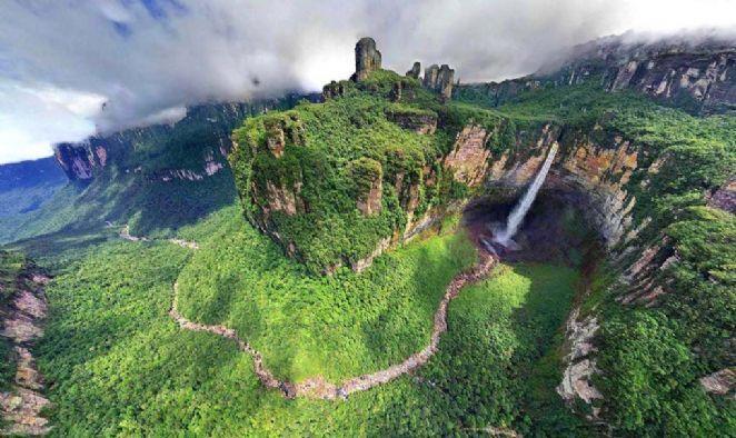 Declarado Patrimônio Mundial da Natureza pela UNESCO, o Parque Nacional de Canaima é formado basicamente pela Floresta Amazônica e fica próximo a divisa com o Brasil