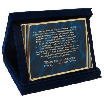 Cutiuta de plus albastru cu o placuta cu mesaj gravat: un excelent cadou de dragoste.