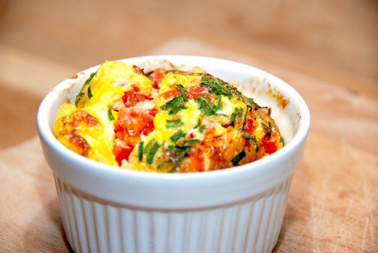 Brunchæg med tomat er nem at tilberede i små og ovnfaste skåle (ramkiner). Æggene er fremragende til både morgenmad og…