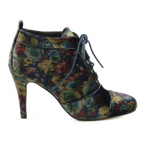 De 70's trend is helemaal in! Deze velvet enkellaarsjes met een vintage bloemenprint hebben een veterssluiting. De schoenen zijn gevoerd met zacht textiel en hebben donkerblauwe ronde veters. De hak is 9,5 cm hoog.