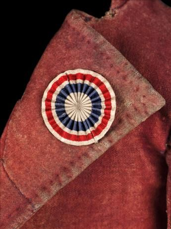 VESTE DITE CARMAGNOLE  Vers 1790 - 1800 Drap de laine rouge, drap de laine et chanvre rouge, doublure, toile de chanvre naturelle. Cocarde en coton, bleu, blanc, rouge. GAL 1987.2.1 Palais Galliera, musée de la Mode de la Ville de Paris