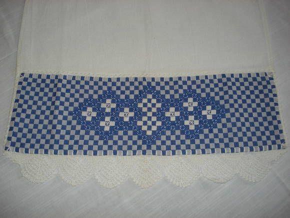 Pano de copa em tecido de sacaria branca com bordado em tecido xadrez.