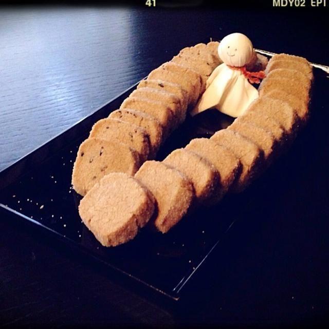 おはようございます 今日の置きオヤツにプレーン&黒胡麻の2種の蕎麦粉サブレ♬ 手で混ぜるだけだから簡単ですよ(o^^o)  蕎麦って、食欲不振解消、疲労回復に役立つといわれるビタミンB1、お肌を健康に保つために欠くことができないビタミンB2がいっぱいらしいですよ♬ お疲れ癒して、お肌健やかサブレです…ヾ(*´∀`*)ノ♡キャッ♡  そして…お天気回復を願って…てるてる坊主君の友情出演…☺️笑 - 288件のもぐもぐ - 蕎麦粉 de らくらくサクサク ☔︎ さぶれ ☔︎ by RDGsawa