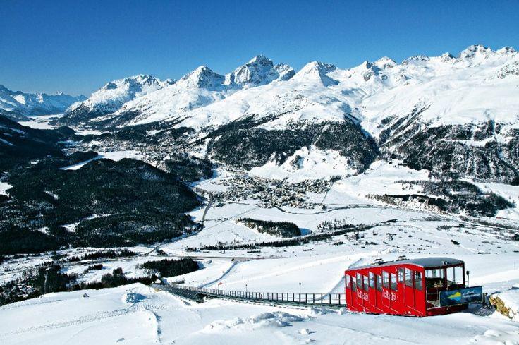 La funicolare di Muottas Muragl, sullo sfondo Sankt Moritz (foto Switzerland Tourism By-line: swiss-image.ch/ Beat Muelle)