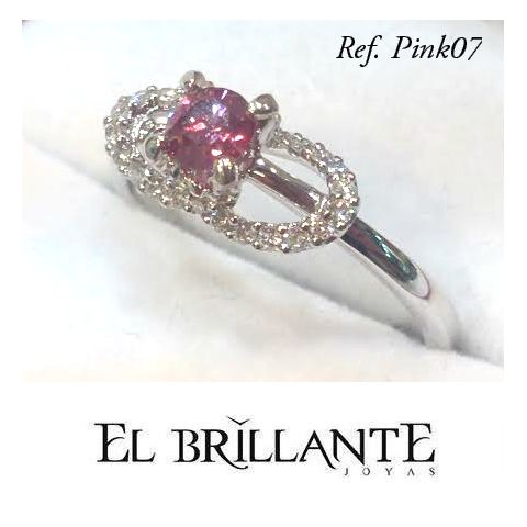 #ElBrillantePink Regala este hermoso anillo y has que se se sienta orgullosa de llevar nuestros diamantes rosados en su dedo. Únicos como tu futuro esposa! Anillo de compromiso en oro blanco con 1 diamante rosado central de 25 puntos y hermosos diamantes blancos de adorno.  Precio. 2.150.000  Argollas y anillos de matrimonio  Www.elbrillantejoyeria.com.co