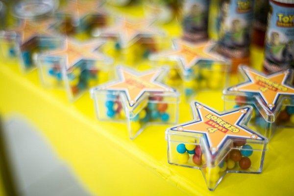 Lembrancinha com estrela do xerife Woody, para decoração de festa Toy Story. Unindo detalhes de cada personagem, a mãe conseguiu fazer uma festa super completa e bonita!