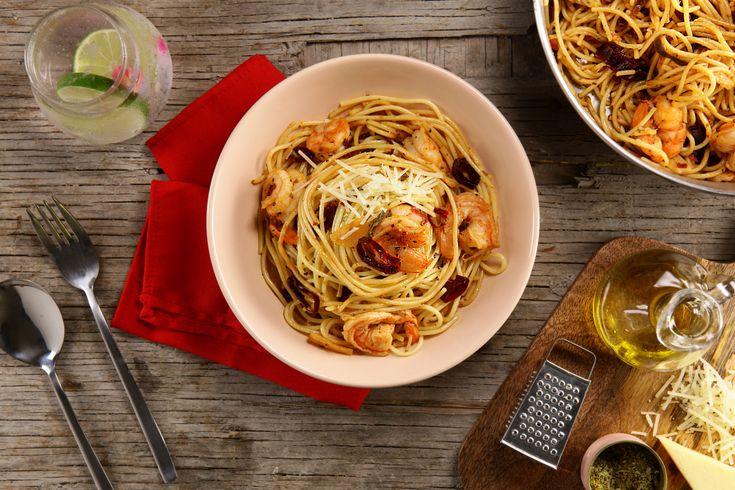 Prueba este delicioso espagueti con un rico sabor a mantequilla, ajo y chile guajillo, acompañada de camarones, con un sutil toque a orégano y queso parmesano, definitivamente la mejor entrada para la hora de la comida.