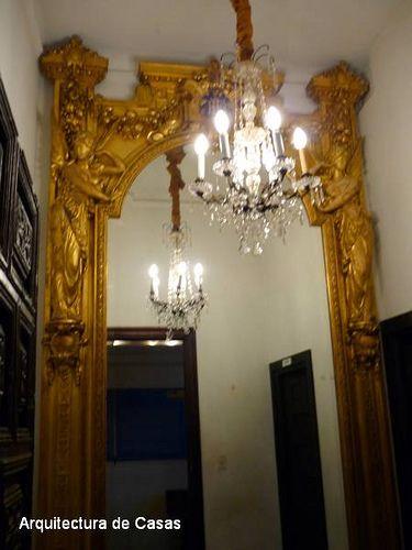 Fabuloso espejo con marco labrado y dorado en el Palacio Noel (Museo Fernández Blanco), Ciudad de Buenos Aires.