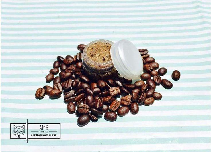 • Café • Exfoliante de azúcar para labios    Beneficios: ♡El aceite de coco es uno de los mejores hidratantes naturales que podemos encontrar para el cuidado de la piel y es un buen aliado para limpiar profundamente la piel y deshacerse de las células muertas que se van acumulando día a día. ♡ El café posee la capacidad de reactivar la circulación sanguínea.