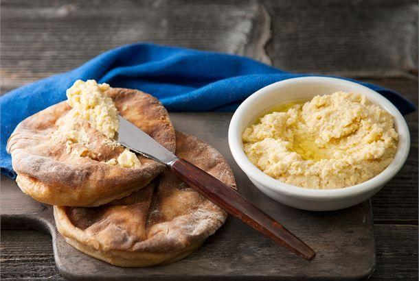 Vaniljahummus. Kikherneistä valmistettu tahna saa uutta twistiä kun yhdistetään hieman makeahko vanilja ja voimakas valkosipuli. http://www.valio.fi/reseptit/vaniljahummus/ #resepti #ruoka