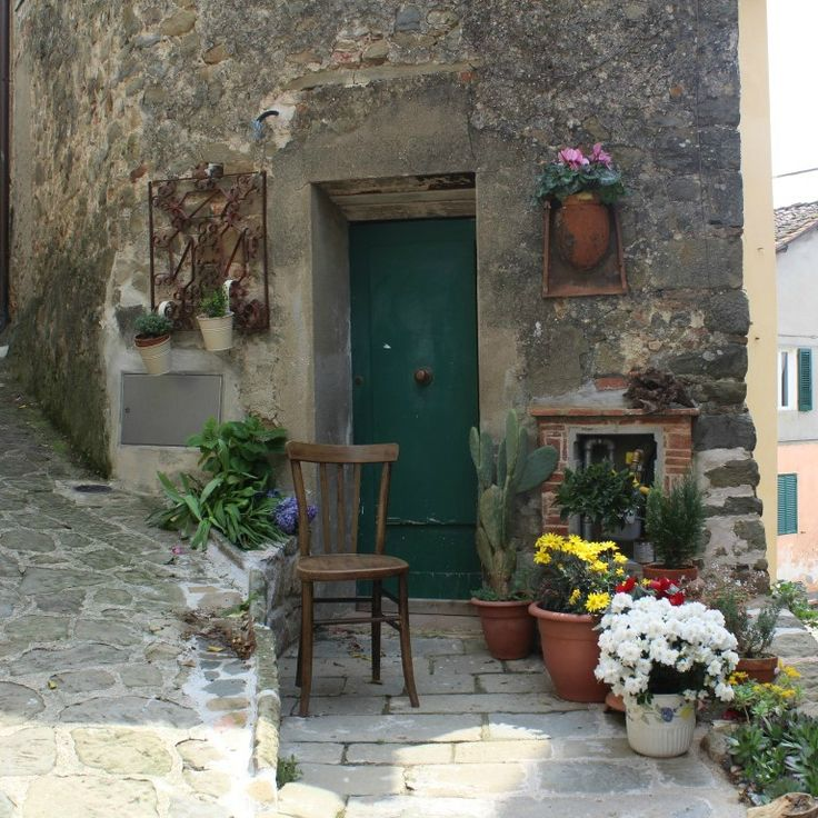 One of my favourite little corners of Uzzano.  Funnily enough, I have found out that the lady who owns one of the prettiest doorways in the world is called Lara.  #startthedaywithsomethingbeautiful