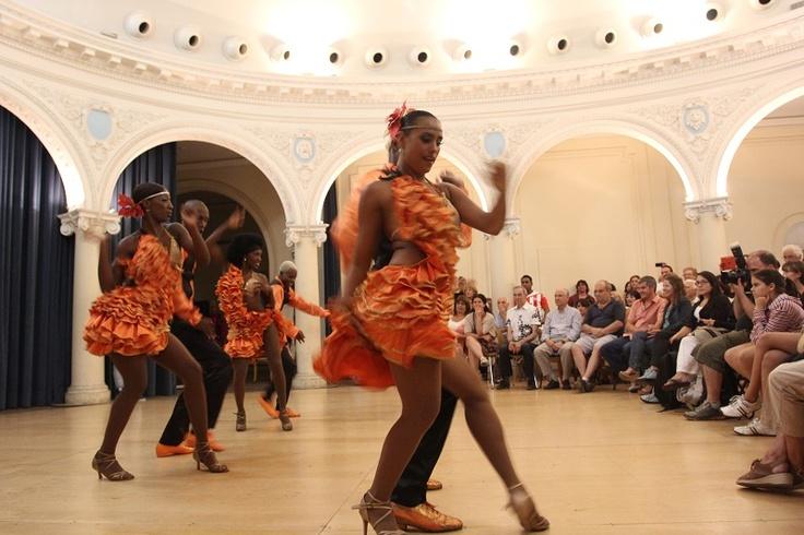 Las piruetas de los bailarines impresionaron gratamente a los asistentes del Teatro 25 de mayo.    Crédito Ibón Munévar, Mincultura 2013.