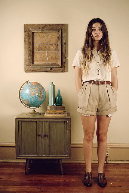 High waisted khaki shorts + white t,shirt + brown belt //classic color