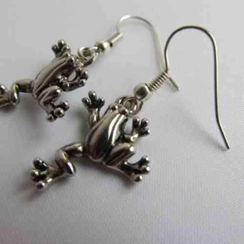Żabki Kolczyki wykonane z ozdobnych posrebrzanych żabek, długość kolczyków 5 cm., bigle otwarte, posrebrzane. w KuferArt.pl