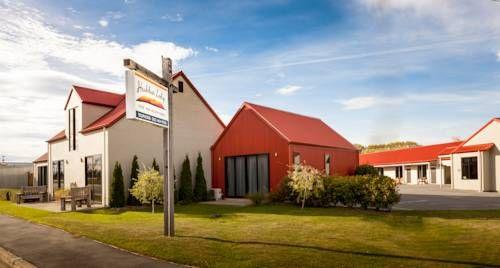 Hawkdun Lodge Ranfurly Located beside the Otago Central Rail Trail, Hawkdun Lodge offers free Wi-Fi and free BBQ facilities. All accommodation boasts a flat-screen TV with satellite channels.