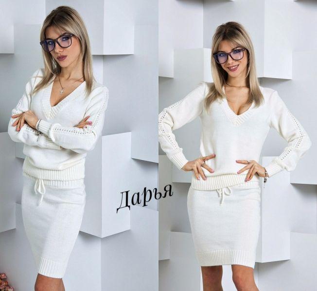 Стильный женский юбочный вязанный костюм молочный