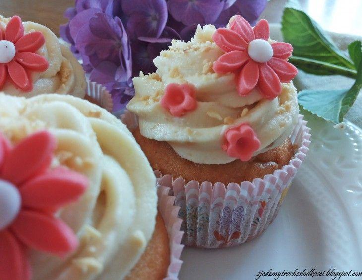 Pomysł na Babeczki z białymi Michałkami. Ozdobione kremem i dekoracyjnymi kwiatami. #mistrzowiewypiekow #wypieki #ciasta #ciasto #przepis #babeczki #Muffiny
